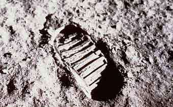 Отпечаток ботинка Базза Олдрина на лунной поверхности. Фото с сайта www.nasa.gov