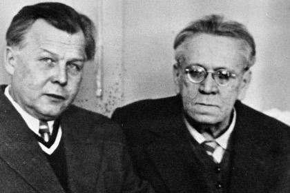 Самуил Маршак (справа) и Александр Твардовский (слева). Архивное фото РИА Новости