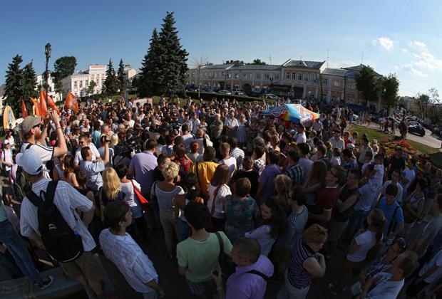 Участники народного схода у здания мэрии Ярославля