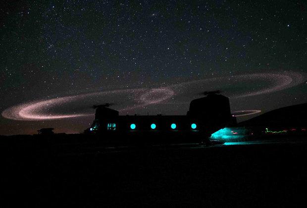 Триболюминисценция на законцовках лопастей вертолета CH-47F Chinook
