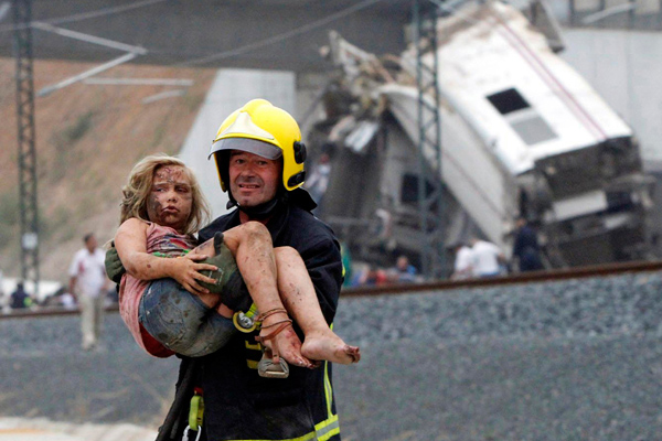Спасатель на месте крушения поезда