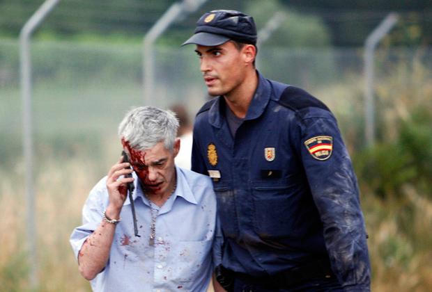 Полицейский ведет машиниста поезда Франсиско Хосе Гарсона Амо