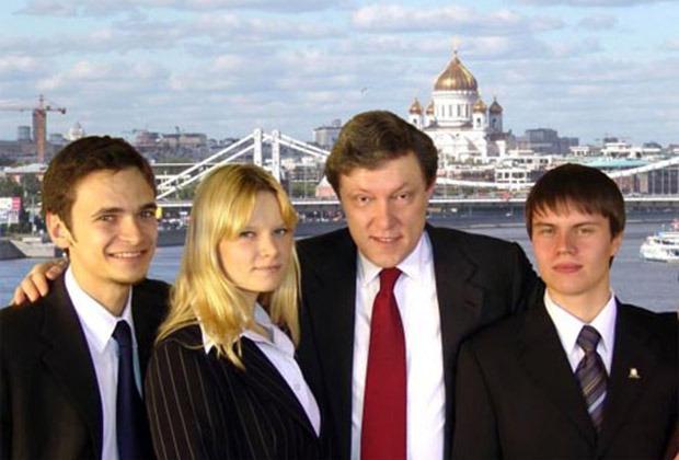 Предвыборный плакат партии «Яблоко» 2005 года: Илья Яшин, Ирина Воробьева, Григорий Явлинский и Иван Большаков
