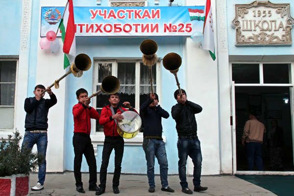 Tajik musicians play music near a polling station in Dushanbe, on November 6, 2013. Voters in Tajikistan, the poorest state in the former USSR, were set today to hand President Emomali Rakhmon an easy victory for a fourth term at the helm of his country bordering Afghanistan. AFP PHOTO / STR