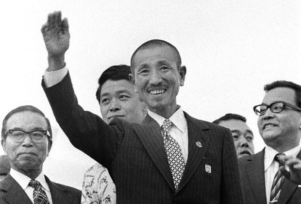Хироо Онода приветствует соотечественников в токийском аэропорту после возвращения на родину. 12 марта 1974 года