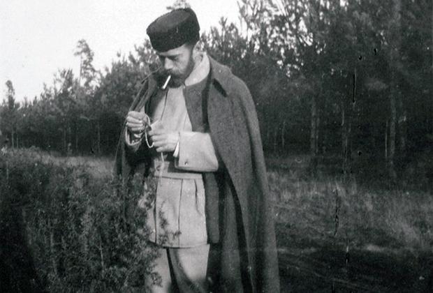 Николай II в охотничем костюме (из альбома любительских фотографий семьи Романовых)