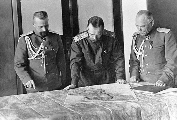 Николай II, генералы Михаил Пустовойтенко (слева) и Михаил Алексеев (справа), 1915 год
