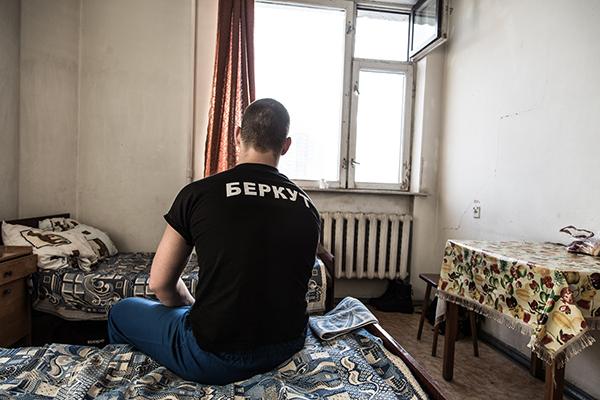 Раненый боец спецподразделения МВД Украины «Беркут» в госпитале