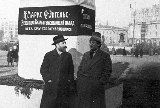 Лев Каменев и Григорий Зиновьев около временного памятника Карлу Марксу и Фридриху Энгельсу