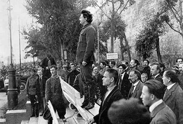 Лев Троцкий выступает у могилы жертв взрыва, совершенного в здании Московского комитета ВКП(б) в 1919 году