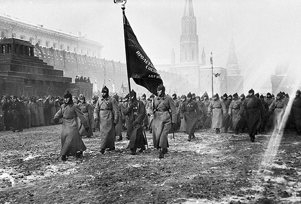 1927 год. Военный парад в честь 10-летия Октября на Красной площади
