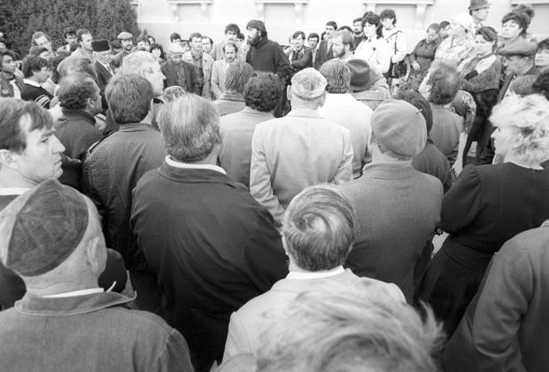 Митинг крымских татар у здания Симферопольского городского совета, 1991 год
