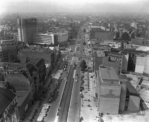 Одна из главных улиц Западного Берлина — Курфюрстендамм — в 1954 году.