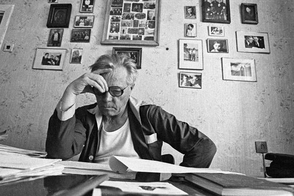 Писатель Виктор Астафьев за рабочим столом, 1987 год