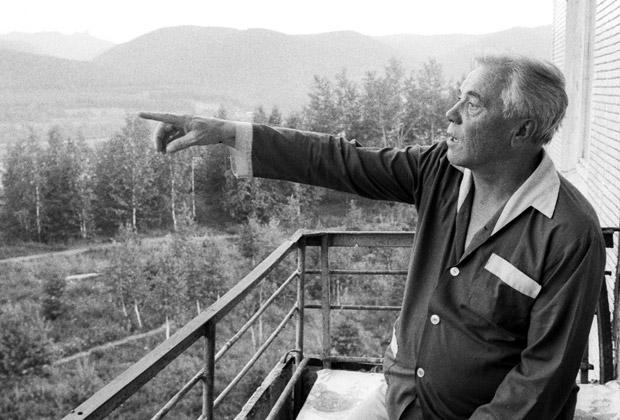 Виктор Астафьев на балконе своей квартиры в Красноярске, июль 1988 года