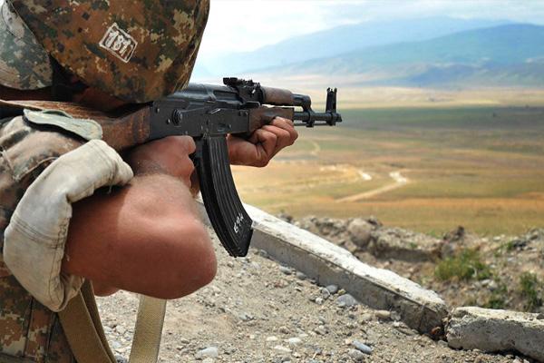 Армянский солдат на границе с Азербайджаном