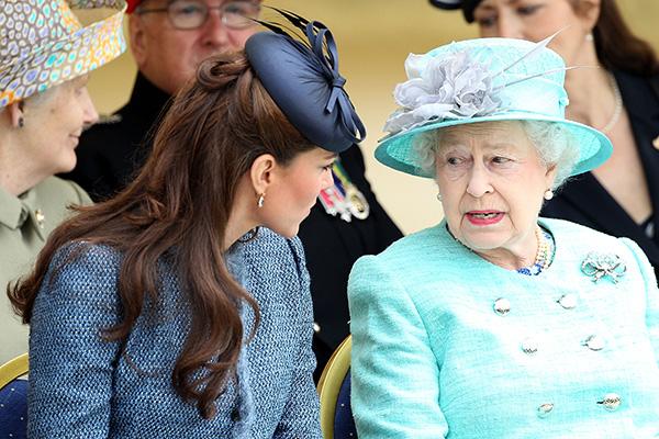 По сообщениям инсайдеров, 89-летняя монархиня заявила г<strong>ерцогине Кембриджской</strong>, что она слишком много тратит на себя, а потому <strong>Елизавета </strong><strong>II</strong> отказывается их с Уильямом спонсировать. .