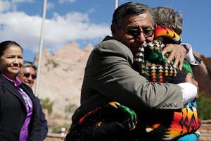 Вождь Бен Шелли обнимает главу Министерства экологии и природных ресурсов США Салли Джуэлл после подписания соглашения о выплате компенсации