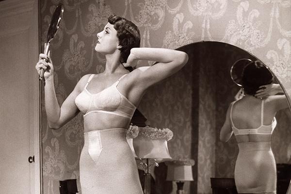 Женщина элегантно демонстрирует гениталии