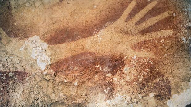 Набросок руки на стене пещеры Мароса.