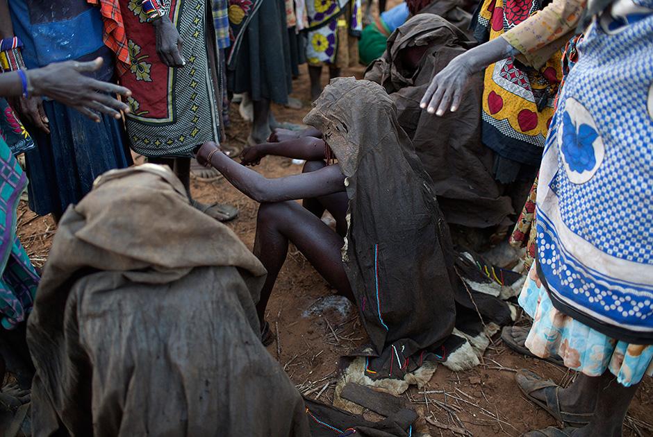 Племя Покот на церемонии обрезания четырех девочек