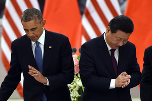 US President Barack Obama (L) returns to his seat as Chinese President Xi Jinping applauds after they drank a toast at a lunch banquet in the Great Hall of the People in Beijing on November 12, 2014. Obama began a one-day state visit after the closing of the Asia-Pacific Economic Cooperation summit.