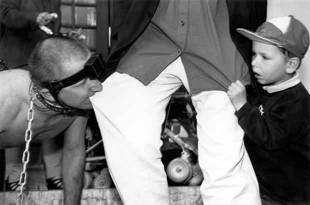 Олег Кулик совместно с Милой Бредихиной. «Четвертое измерение» (в рамках выставки «Это лучший мир. Российский акционизм и его контекст»). Сецессион, Вена. 6 июня 1997