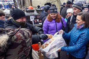 Виктория Нуланд с «печеньками» на Майдане