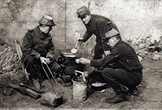 1914 год. Французские солдаты готовят еду непосредственно на позициях