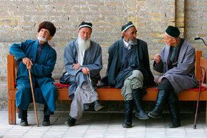 Uzbeks on bench / Bukhara Автор: