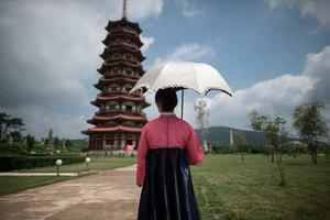 Девушка в историческом парке на окраине Пхеньяна