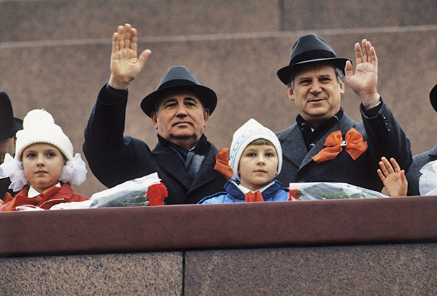 Михаил Горбачев и  Николай Рыжков (слева-направо) на трибуне Мавзолея В.И. Ленина, 1989год