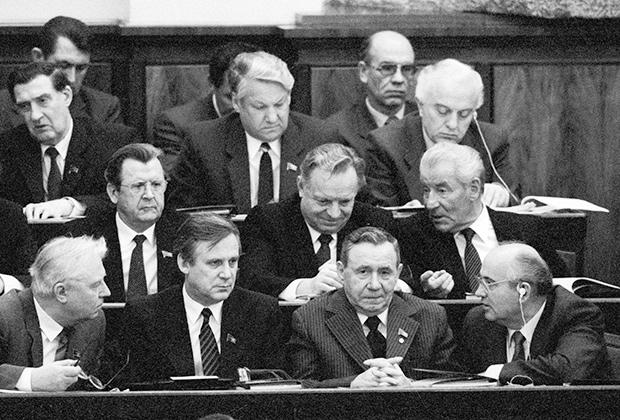 Владимир Долгих, Борис Ельцин, Эдуард Шеварднадзе (верхний ряд, слева направо), Валерий Воротников (средний ряд, слева), Михаил Соломенцев (средний ряд, справа), Егор Лигачев, Николай Рыжков, Андрей Громыко, Михаил Горбачев (первый ряд, слева направо) в президиуме шестой сессии Верховного совета СССР одиннадцатого созыва, 1986год