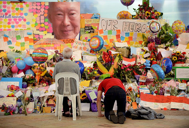 Люди скорбят по Ли Куан Ю