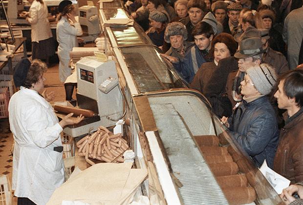 Жители Москвы в очереди за мясными продуктами во время тотального дефицита товаров в СССР в начале 90-х годов