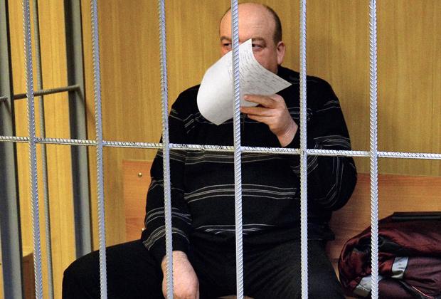 Александр Реймер закрыл свое лицо от фотографов в Пресненском суде
