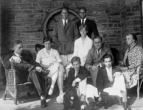Рузвельт со своей семьей. Слева направо: Эллиотт Рузвельт, Элеонора Рузвельт, Кертис (стоит), Джон Рузвельт (сидит), Анна Рузвельт, Джеймс Рузвельт (стоит), Франклин Делано Рузвельт, Франклин Делано Рузвельт-младший, и Сара Делано Рузвельт, 1928 год