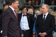 Ukraine's President-elect Petro Proshenko (L) walks past Russian President Vladimir Putin (R) during the commemoration ceremony for the 70th anniversary of D-Day at Sword beach in Ouistreham June 6, 2014. Putin and Poroshenko on Friday held their first face-to-face talks on the sidelines of a D-Day anniversary event in France and discussed a possible ceasefire agreement in Ukraine, a French official said.      REUTERS/Alexander Zemlianichenko/Pool  (FRANCE) - RTR3SJKC