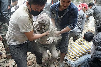 Число жертв землетрясения в Непале составило почти 900 человек