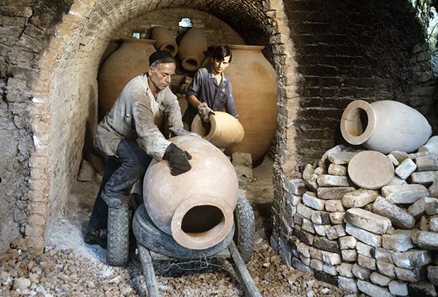 Грузинская ССР. Изготовление специальных глиняных кувшинов квеври, в которых грузины традиционно хранят вино