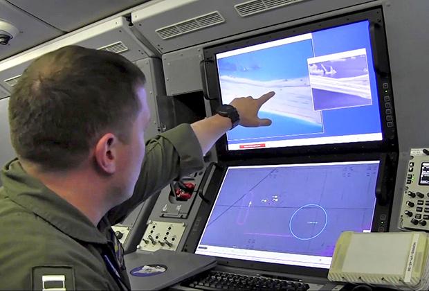 Представитель ВМФ США изучает данные, касающиеся возведения китайцами острова на месте рифа Файери Кросс