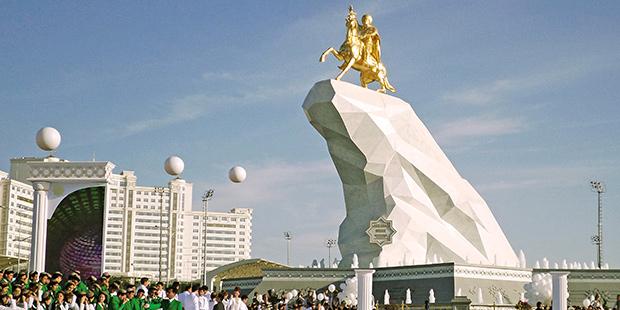 Памятник Гурбангулы Бердымухамедову в Ашхабаде