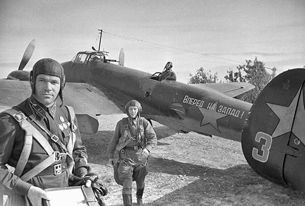 Советские летчики получают предполетное задание. Фронтовой бомбардировщик «Пе-2».