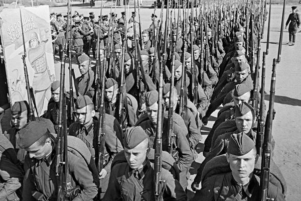 Мобилизация. Колонны бойцов движутся на фронт. Москва, 23 июня 1941 года