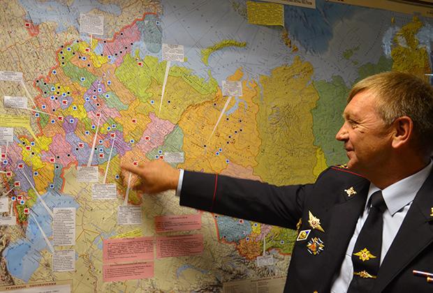 Сергей Качкин возле карты региональных кинологических центров МВД России