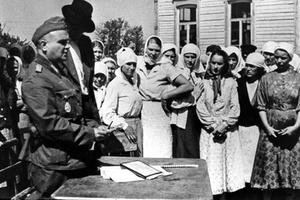 регистрация местного населения в украинской деревне представителями Вермахта.
