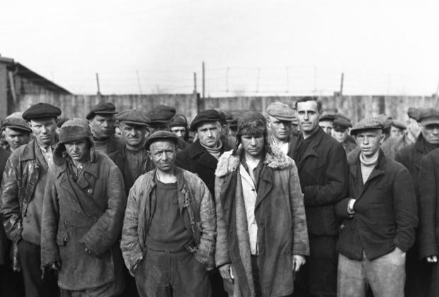 Группа советских подневольных рабочих шахты Адольфа фон Ханземанна на территории лагеря в Дортмунд-Менгеде