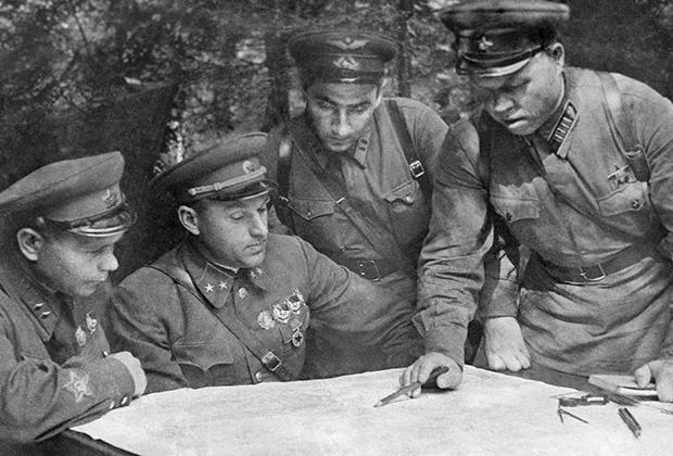 Члены Военного Совета Западного фронта (слева направо) - дивизионный комиссар Д..А.Лестев, генерал-майор К.К.Рокоссовский, батальонный комиссар Гуревич и полковник М.С.Малинин обсуждают план предстоящей операции, август 1941 года height=420