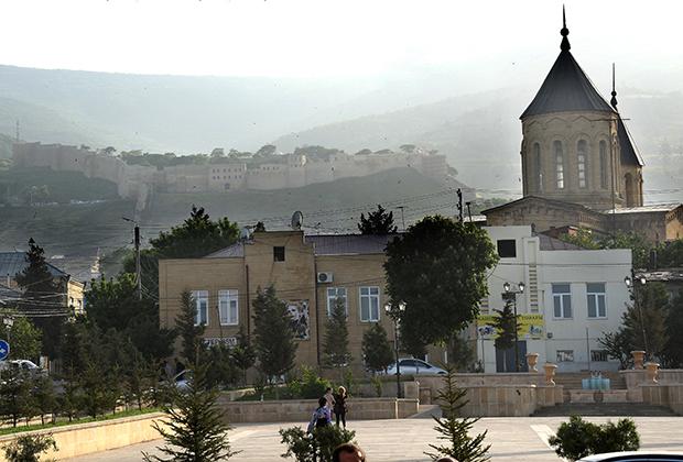 Крепость Нарын-кала (на дальнем плане) в нагорной части Дербента