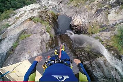 Экстремальный прыжок в воду с высоты 19-этажного здания